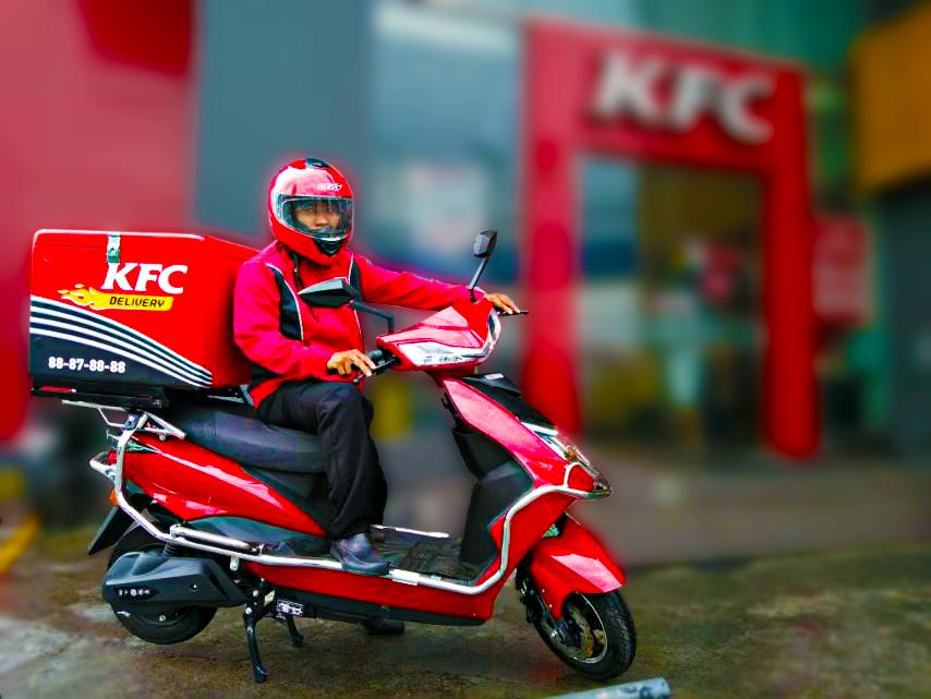 KFC: Μαζικές απολύσεις διανομέων - Επιστολή εργαζομένων στον Χατζηδάκη
